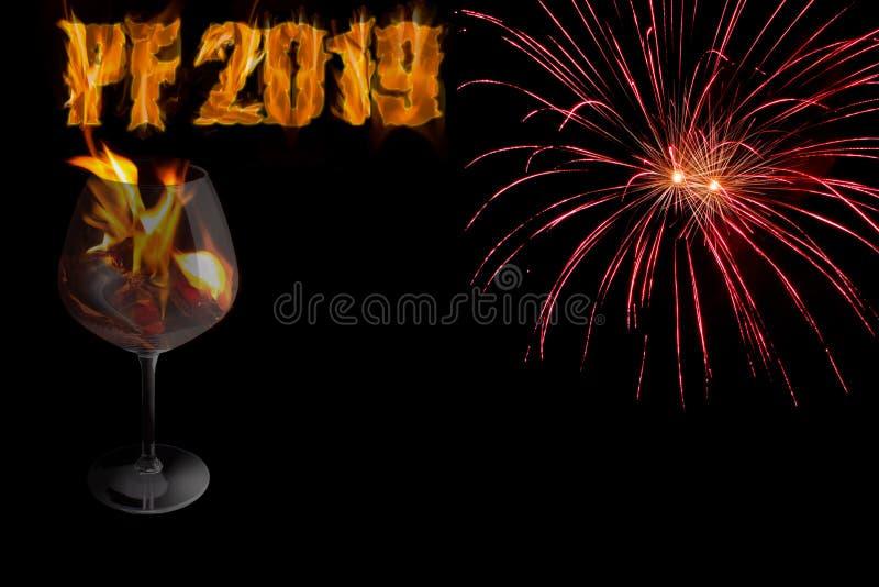 PF 2019 mit Glas in den Feuerfeuerwerken - neues Jahr lizenzfreies stockbild