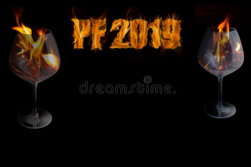 PF 2019 mit zwei Gläsern in einem Feuer - neues Jahr lizenzfreie stockfotografie