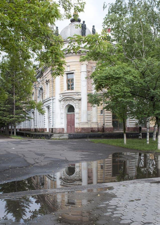 Pf?tzen in der Stadt In denen Pfützen ein nahe gelegenes Gebäude lizenzfreies stockbild