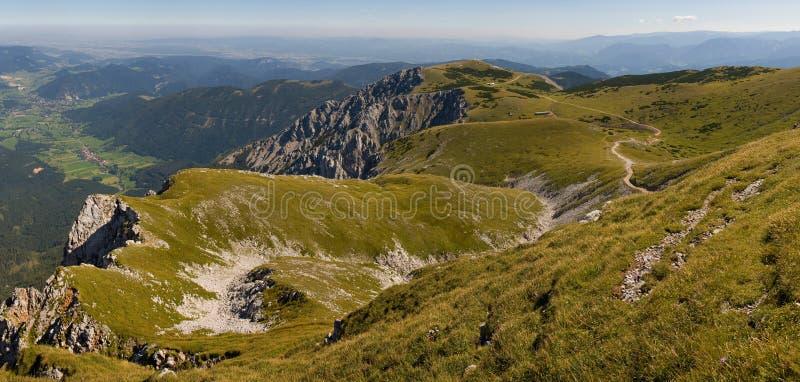 Pfad auf schneeberg Hügel stockbilder