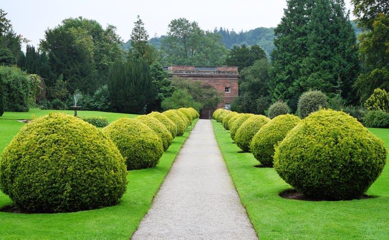 Pfad durch einen formalen englischen Garten lizenzfreies stockfoto
