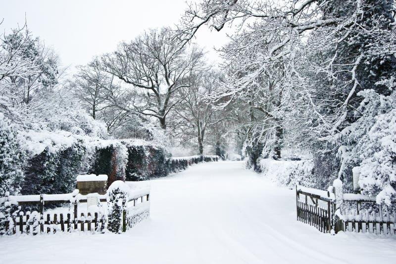 Pfad durch Landschaft im Winter mit Schnee lizenzfreies stockfoto