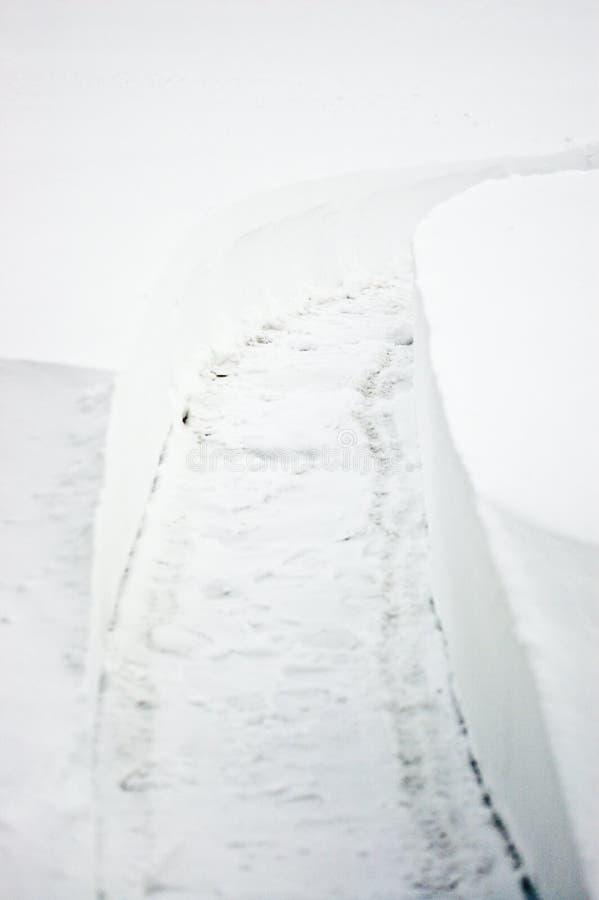 Pfad durch Schnee - mehr im Portefeuille lizenzfreie stockfotografie