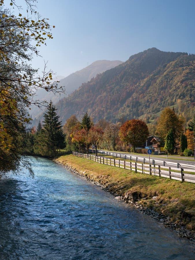 Pfad im Fallwald Schöne Ansicht der österreichischen Alpen mit bunter Natur, Bäumen, Blättern und einem Strom in Kaprun, Österrei lizenzfreies stockfoto