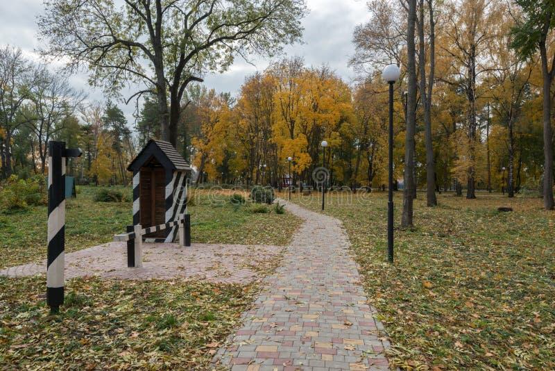 Pfad im Herbstpark lizenzfreie stockfotografie