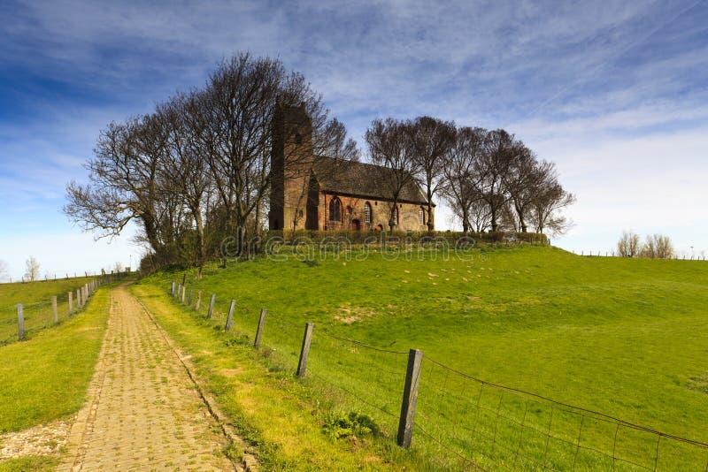Pfad zu einer alten Kirche lizenzfreies stockfoto