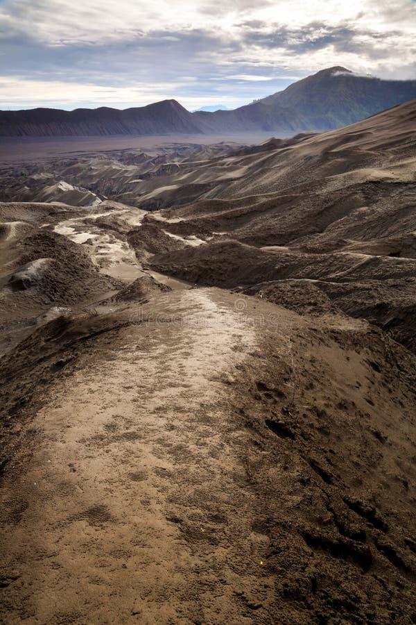 Pfad, zum des Bromo Vulkans, Surabuya, Indonesien einzuhängen stockfotografie