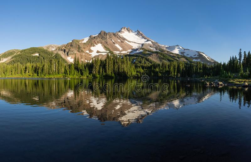 Pfadfinder Lake und Mt Jefferson stockfoto