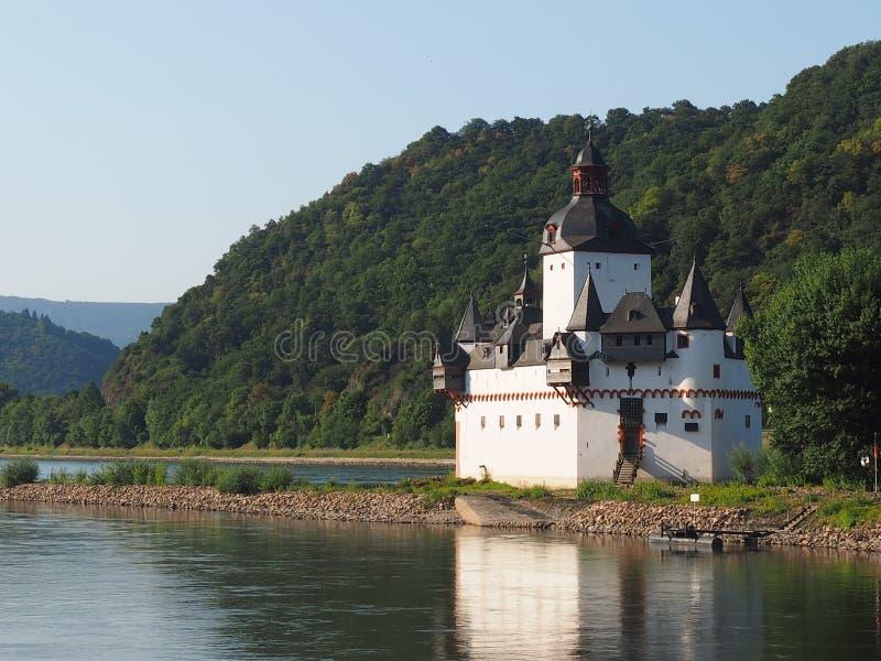 Pfalzgrafenstein de château en rivière le Rhin avec de l'eau la basse mer d'extrem photographie stock