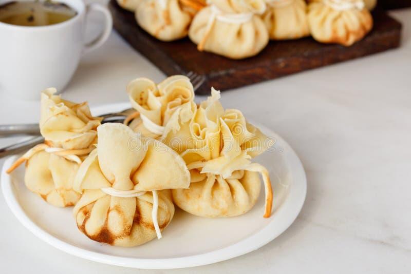 Pfannkuchen angefüllt mit einer Tasche auf einer weißen Platte mit Fleischfüllung lizenzfreie stockfotografie