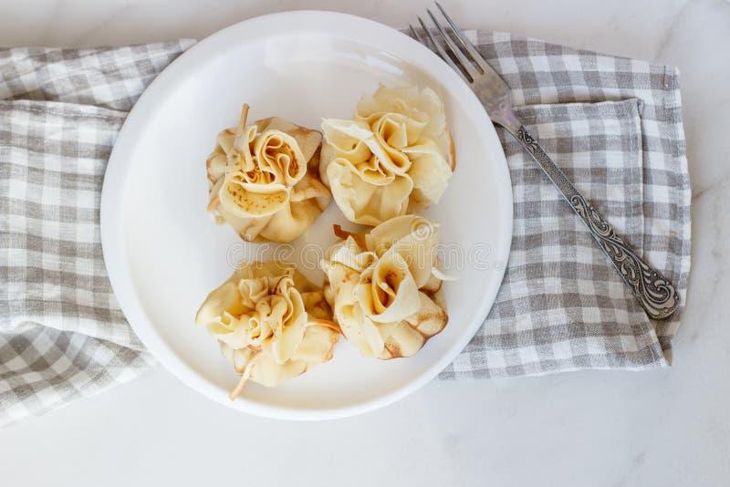 Pfannkuchen angefüllt mit einer Tasche auf einer weißen Platte mit Fleischfüllung lizenzfreie stockbilder