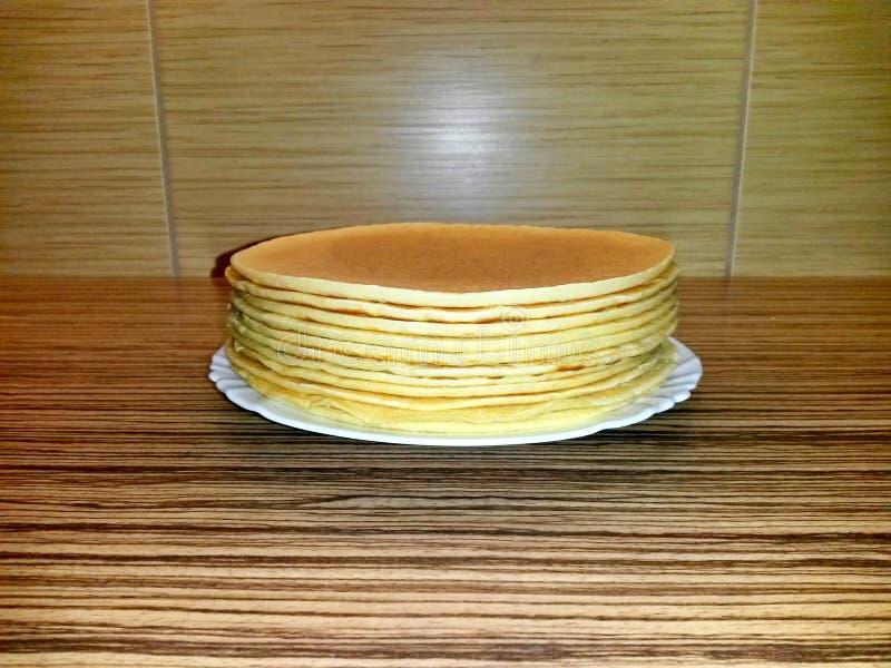 Pfannkuchen auf weißer Porzellanplatte, Seitenansicht stockfoto