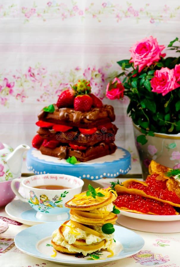 Pfannkuchen, Blinis und Waffeln stockbild