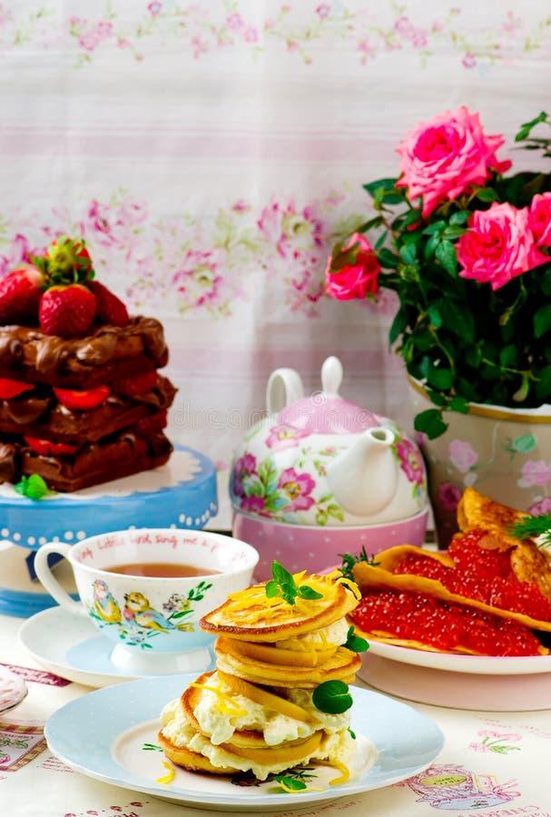 Pfannkuchen, Blinis und Waffeln stockfotos