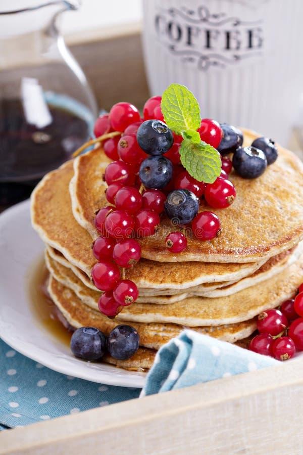 Pfannkuchen des strengen Vegetariers mit Mischbeeren stockfotografie