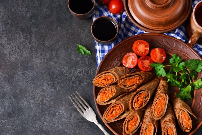 Pfannkuchen gemacht mit der Leber angefüllt mit Karotten und Pilzen lizenzfreie stockfotos