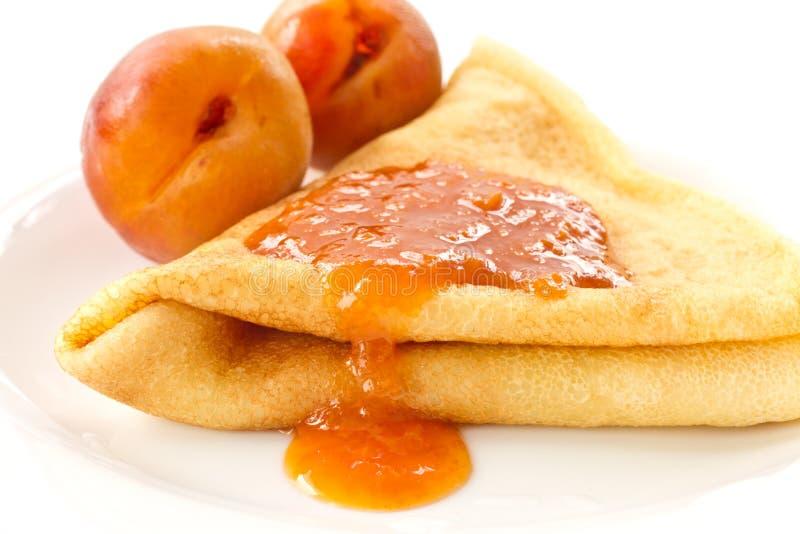Pfannkuchen mit Aprikosenmarmelade lizenzfreie stockfotografie