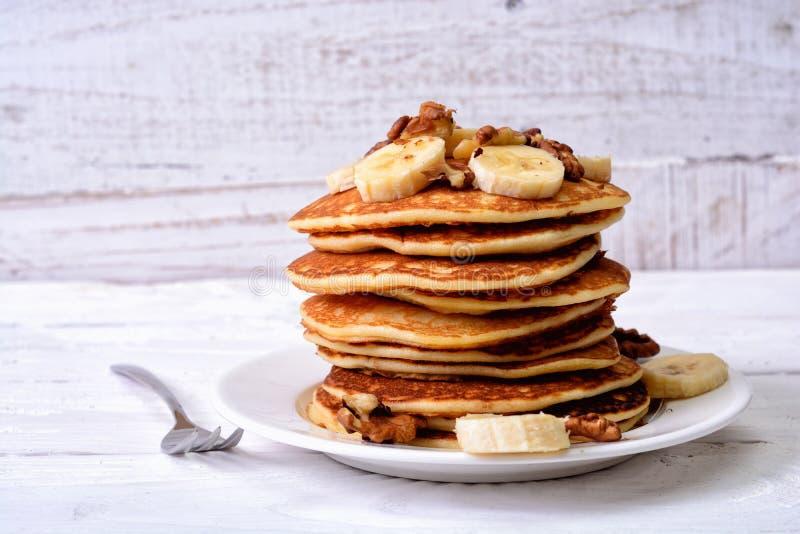 Pfannkuchen mit Banane u. Walnuss stockbilder