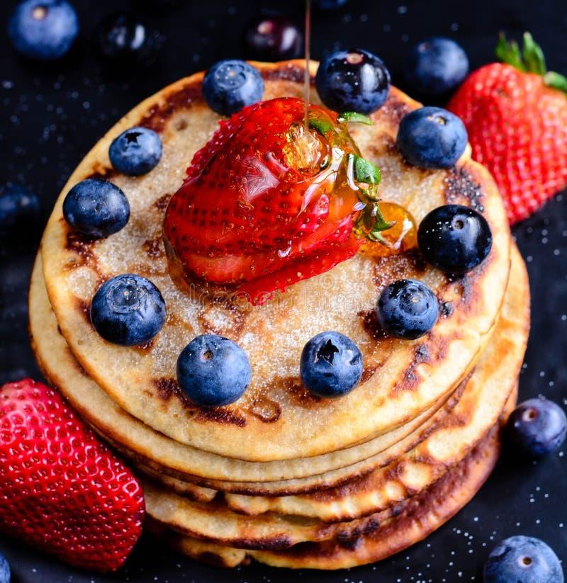 Pfannkuchen mit Beeren lizenzfreies stockfoto