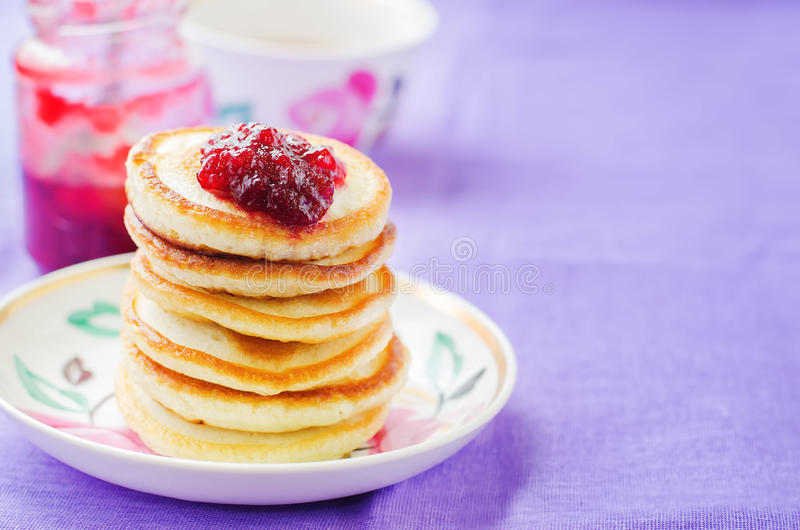 Pfannkuchen mit Beerenmarmelade stockfotografie