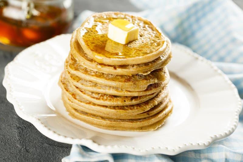 Pfannkuchen mit Butter und Honig stockfoto