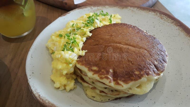 Pfannkuchen mit durcheinandergemischten Eiern stockbilder