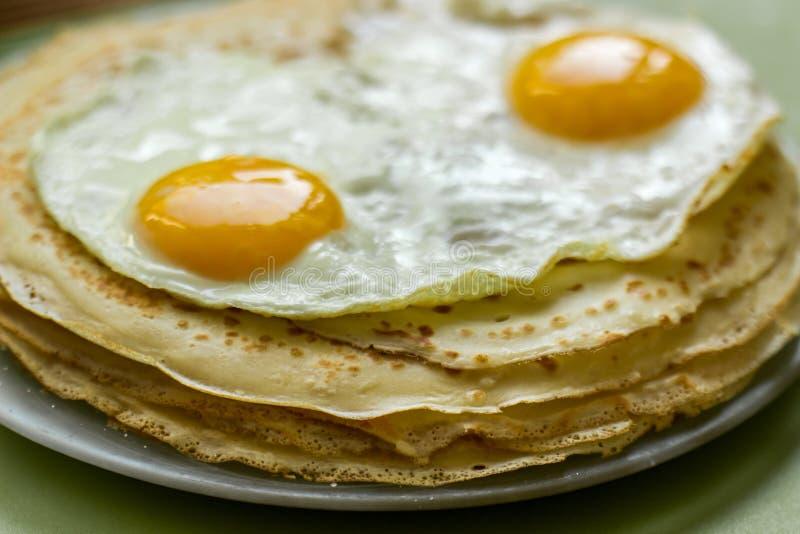 Pfannkuchen mit Eiern lizenzfreies stockbild