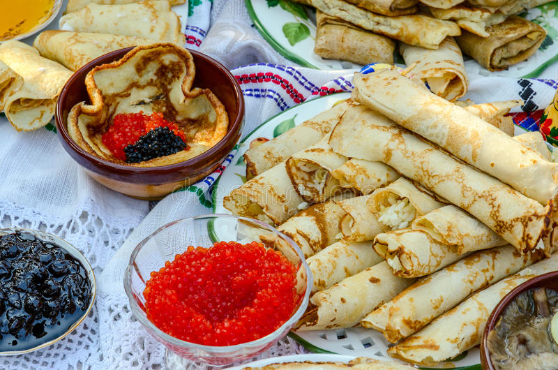 Pfannkuchen mit einem Anfüllen vom Reis, mit Kaviar, Stau, Pilze stockfotos
