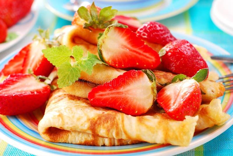 Pfannkuchen mit Erdbeere stockbilder