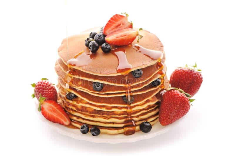 Pfannkuchen mit Erdbeere und Blaubeeren stockfoto