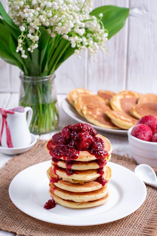 Pfannkuchen mit Erdbeere und Stau auf Platte auf weißem hölzernem Hintergrund stockfoto