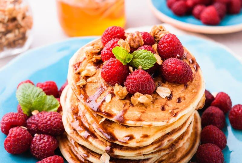 Pfannkuchen mit Himbeeren lizenzfreie stockfotografie