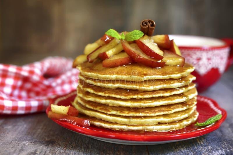 Pfannkuchen mit karamellisiertem Apfel und Zimt stockbilder