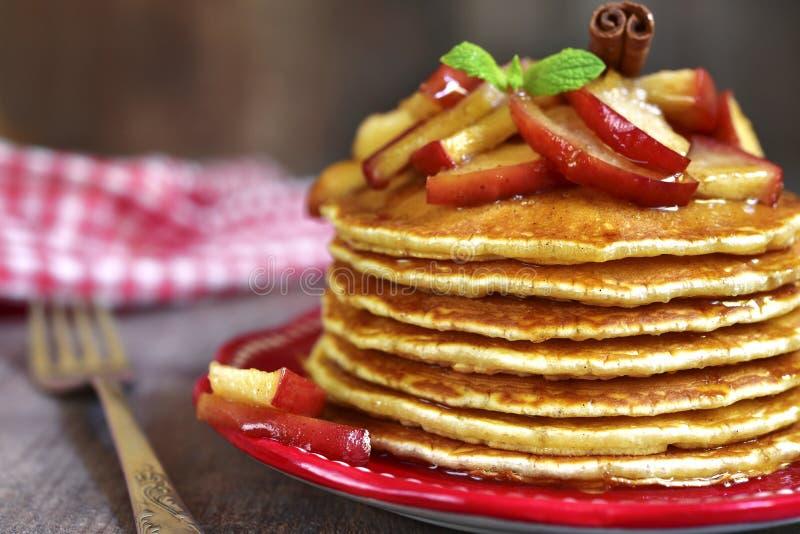Pfannkuchen mit karamellisiertem Apfel und Zimt stockfotografie