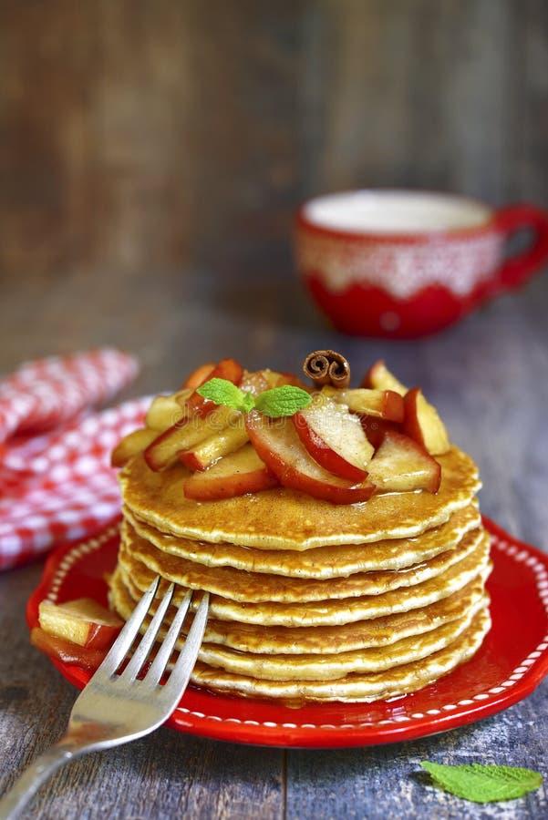Pfannkuchen mit karamellisiertem Apfel und Zimt stockfoto
