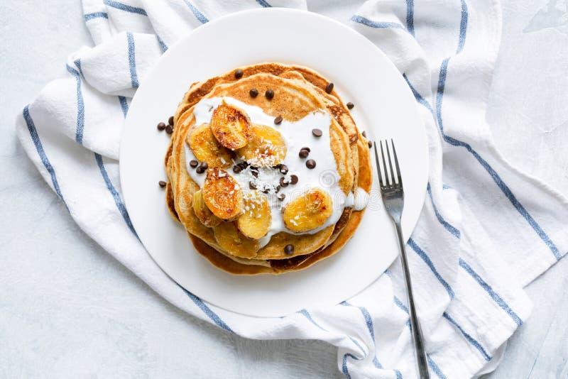 Pfannkuchen mit karamellisierten Bananen und Jogurt lizenzfreie stockbilder