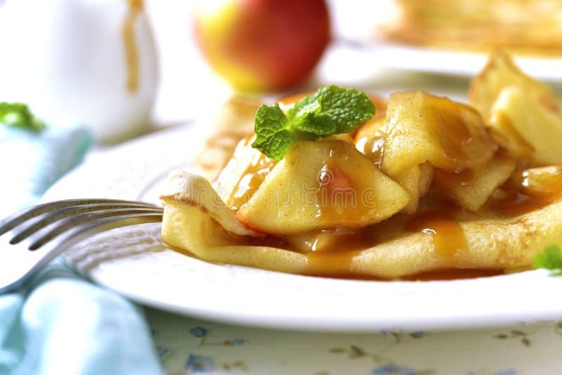 Pfannkuchen mit karamellisierter Apfel- und Karamellsoße stockfotografie