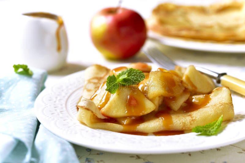 Pfannkuchen mit karamellisierter Apfel- und Karamellsoße lizenzfreie stockfotos