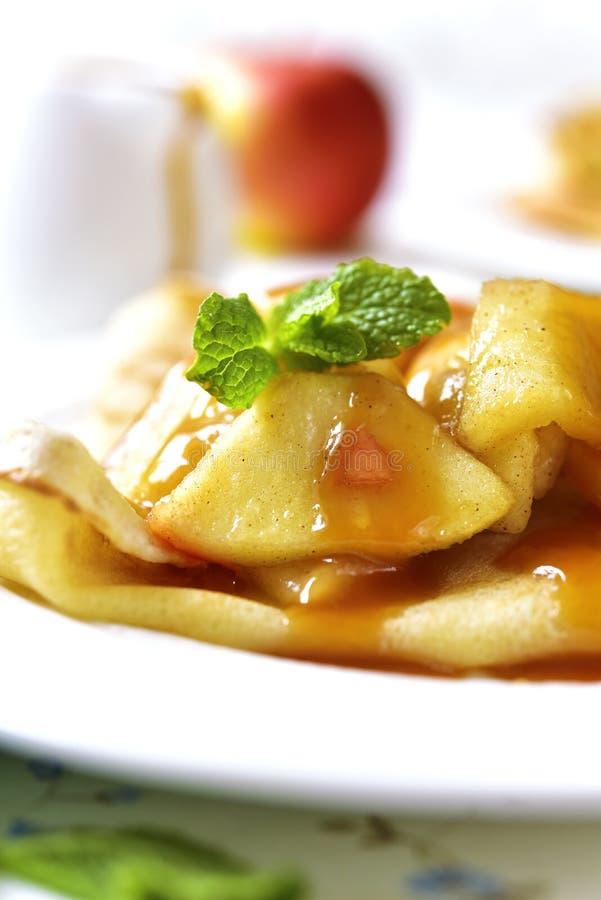 Pfannkuchen mit karamellisierter Apfel- und Karamellsoße lizenzfreie stockbilder
