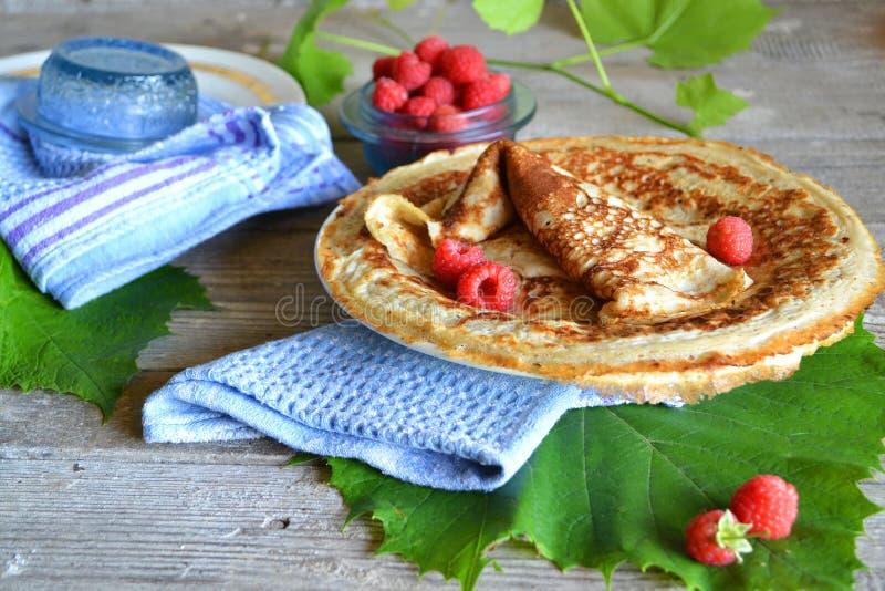 Pfannkuchen mit Karamellso?e und -himbeeren Feinschmeckerische Nahrung Fr?hst?cksnahrungstabelle lizenzfreies stockfoto