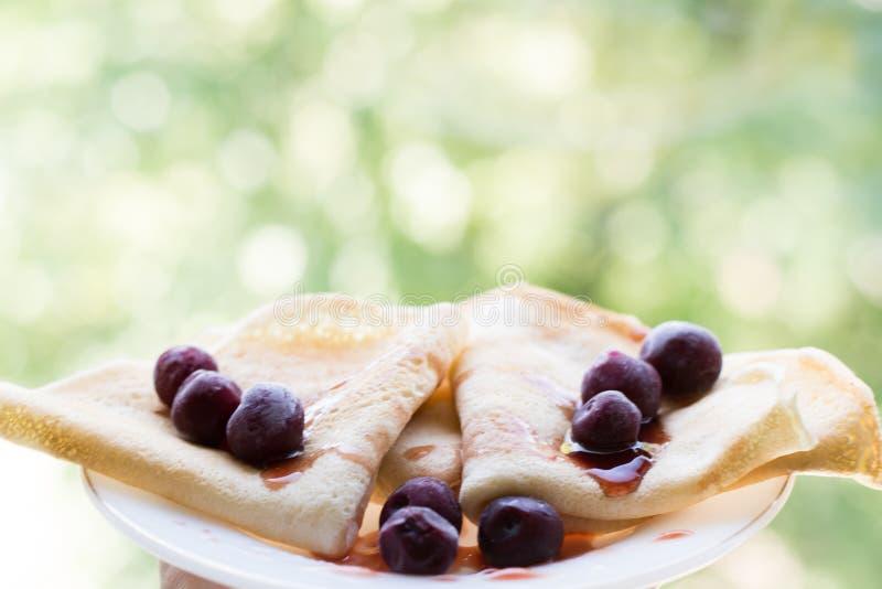 Pfannkuchen mit Kirsche und Stau Nahrungsmittelhintergrund, Kopienraum lizenzfreie stockfotografie