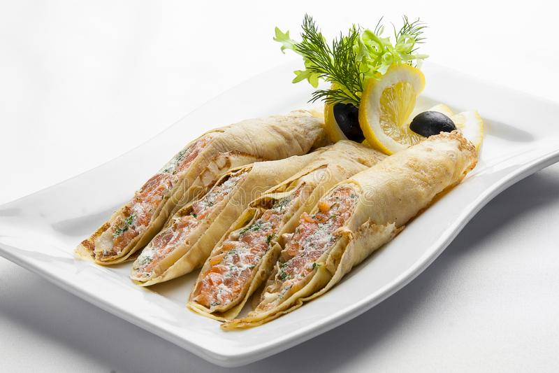 Pfannkuchen mit Lachs- und Frischkäse auf einer weißen Platte lizenzfreies stockfoto