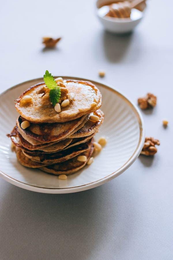 Pfannkuchen mit Nüssen und Honig lizenzfreies stockbild