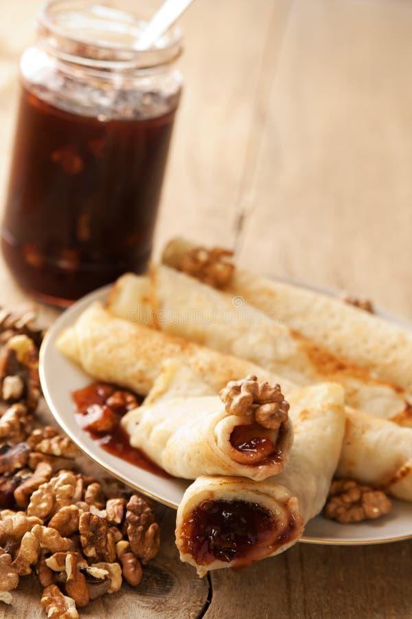 Pfannkuchen mit Pflaumen Störung und dem Walnussfüllen lizenzfreies stockbild