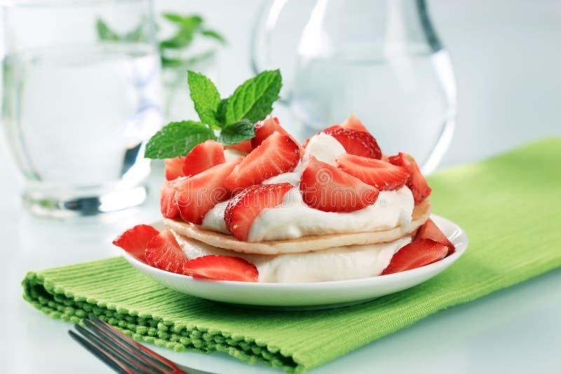 Pfannkuchen mit Quark und Erdbeeren stockfoto