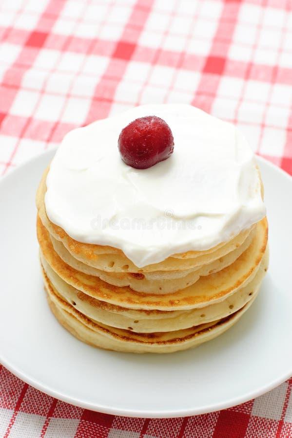 Pfannkuchen mit Sahne und Kirschen lizenzfreie stockfotos
