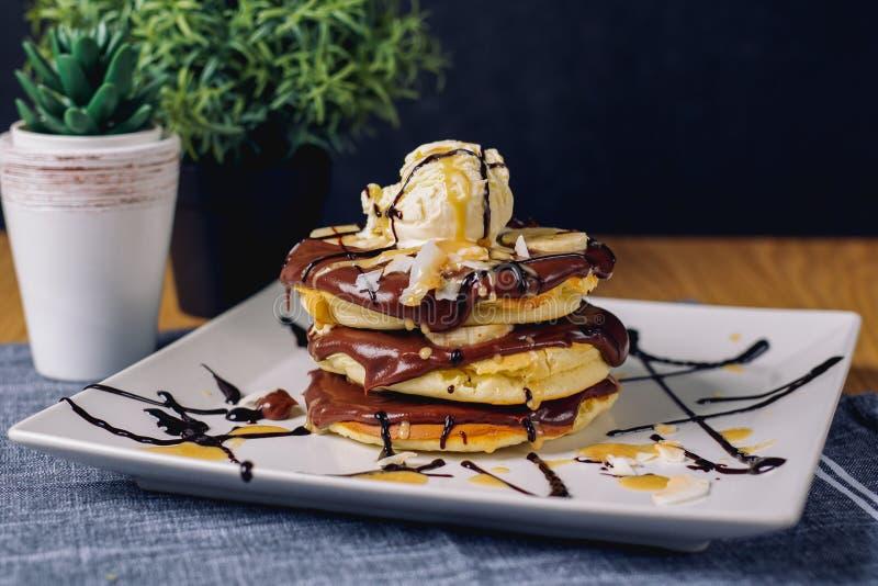 Pfannkuchen mit Schokoladeneis auf Platte lizenzfreie stockfotografie