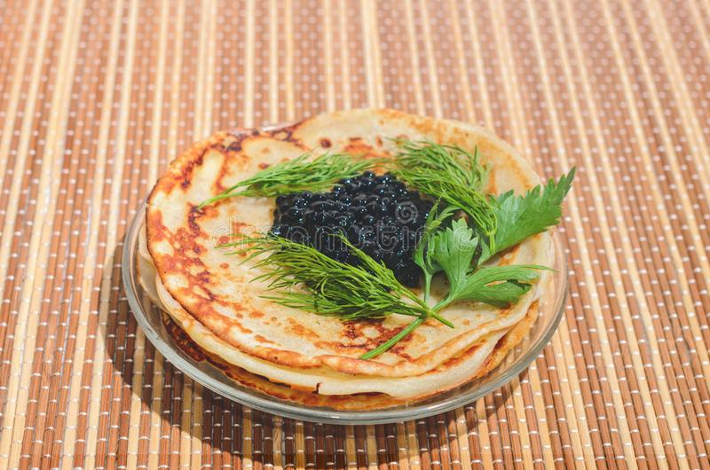 Pfannkuchen mit schwarzem Kaviar lizenzfreies stockbild