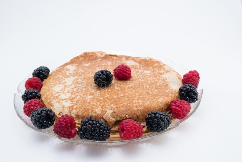 Pfannkuchen mit Wildfrüchten stockfoto