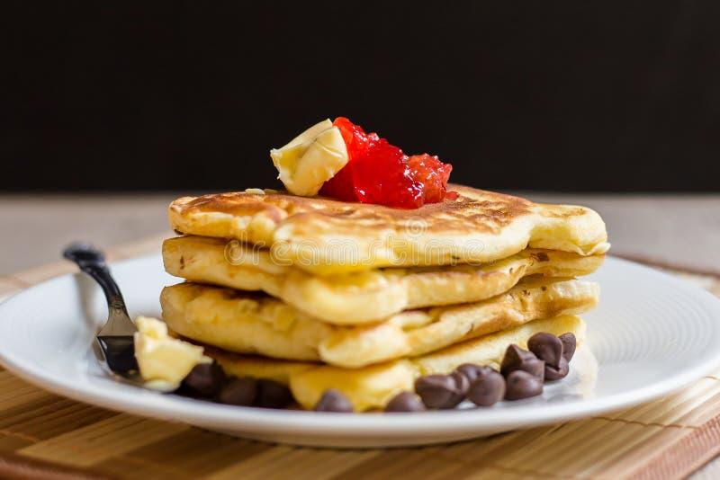 Pfannkuchen-Stapel mit Erdbeermarmelade lizenzfreies stockfoto